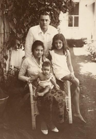 Portret-van-een-Indo-Europees-gezin-1925-1942_-Foto-Yayoi-Collectie-Tropenmuseum-inv_-nr_-60029168-